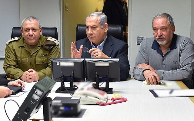 El primer ministro Benjamin Netanyahu, centro, recibe información sobre la escalada en la frontera norte junto con el jefe de personal de las FDI Gadi Eisenkot, izquierda y el ministro de Defensa Avigdor Liberman, derecha, el 10 de febrero de 2018. (Ariel Hermoni / Ministerio de Defensa)