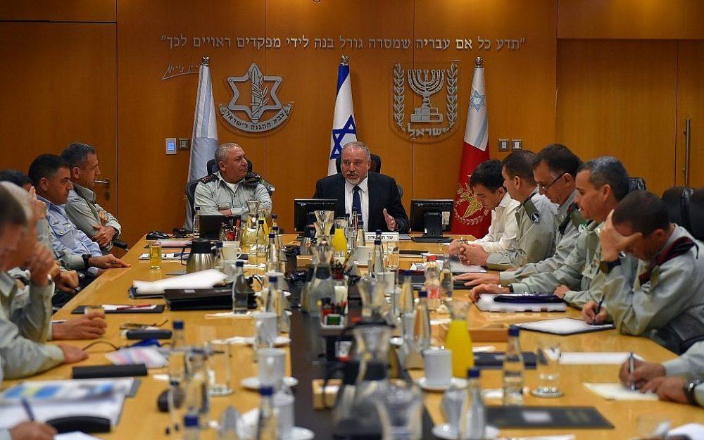 El ministro de Defensa, Avigdor Liberman, en el centro, se reúne con los principales generales de las FDI en la sede militar de Tel Aviv, el Kirya, el 23 de julio de 2018. (Ariel Hermoni / Ministerio de Defensa