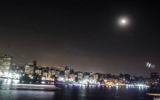 Esta imagen muestra el eclipse lunar en el cielo de la capital egipcia, El Cairo, el 27 de julio de 2018. (AFP / Khaled DeSouk)