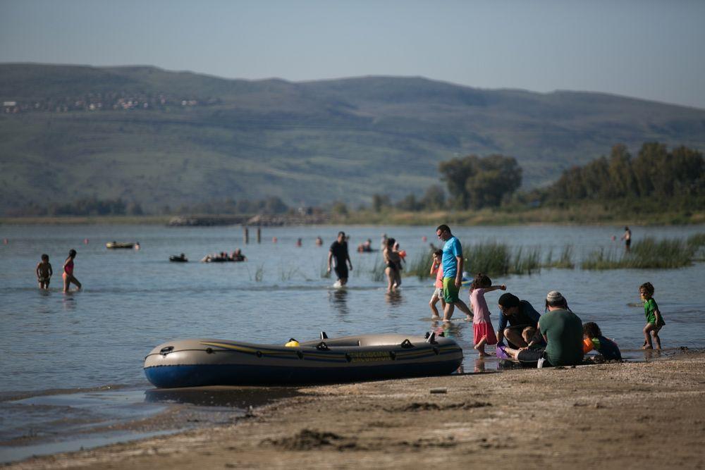 Los israelíes disfrutan de las playas del Mar de Galilea, en el norte de Israel, el 1 de abril de 2018. (Hadas Parush / Flash 90)