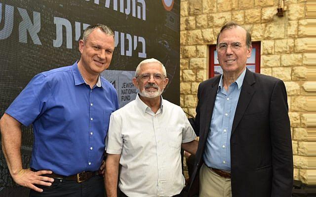 JVP's Erel Margalit (izquierda) con el alcalde de Kiryat Shmona Nissim Malka (centro) y Ami Appelbaum, el científico jefe del Ministerio de Economía en una conferencia de tecnología de alimentos en Kiryat Shmona el 3 de julio de 2018 (Cortesía)