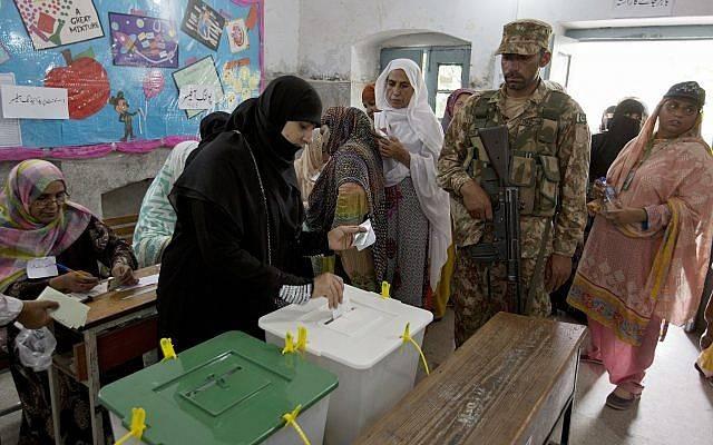 Una mujer emite su voto en una mesa de votación para las elecciones parlamentarias en Rawalpindi, Pakistán, el 25 de julio de 2018 (AP Photo / BK Bangash)