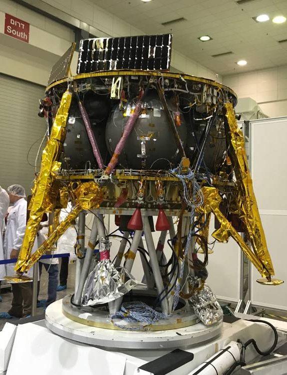 La nave espacial israelí que aterrizará en la Luna en febrero de 2019 se exhibió en las instalaciones de MBT Space (IAI) en Yehud.La nave fue desarrollada en Israel y es un proyecto conjunto con SpaceIL (Shoshanna Solomon / Times of Israel)