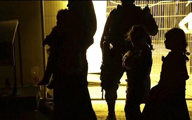 Esta imagen hecha a partir de un video publicado por las Fuerzas de Defensa de Israel el domingo 22 de julio de 2018 muestra a los soldados israelíes mientras miembros de la familia de los Cascos Blancos cargan los autobuses a Jordania.(Fuerzas de defensa israelíes a través de AP)