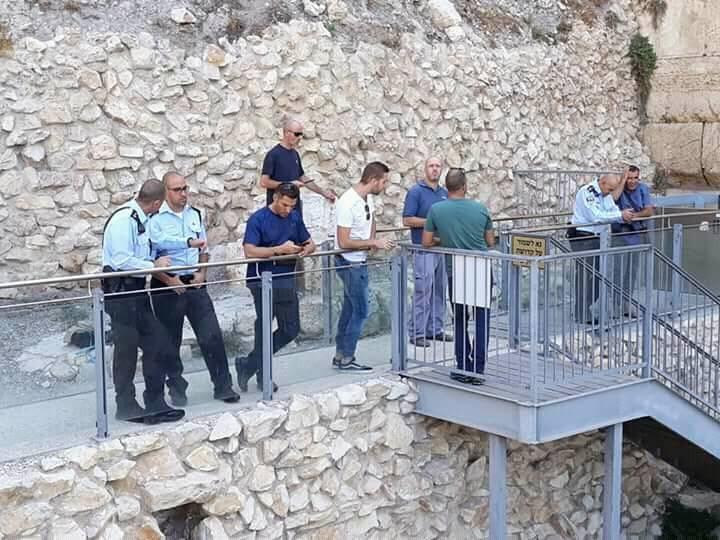 Un equipo de profesionales se despliega en la plataforma de oración igualitaria del Arco de Robinson al lado del Muro Occidental el 23 de julio de 2018, tras la caída de una piedra herodiana.(Cortesía del Movimiento Masorti / Rabino Valerie Stessin)