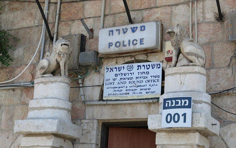En guardia en la estación de policía; nota la mandíbula faltante del león a la derecha (Shmuel Bar-Am)