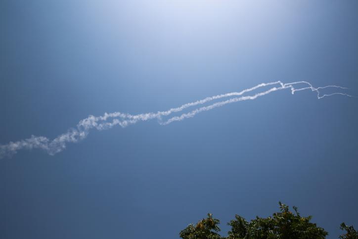 Rastros de humo de dos misiles israelíes interceptores Patriot que Israel dice que fueron derribados por un avión de combate sirio en el norte de Israel el 24 de julio de 2018. (David Cohen / Flash 90)