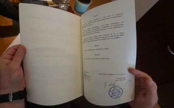 Contrato del gobierno firmado por Jasa Alfandari que reconoce el judaísmo como religión oficial en Montenegro. (Foto: Felice Friedson / The Media Line)