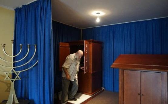 Jasa Alfandari en una sinagoga improvisada en Montenegro. (Foto: Felice Friedson / The Media Line)