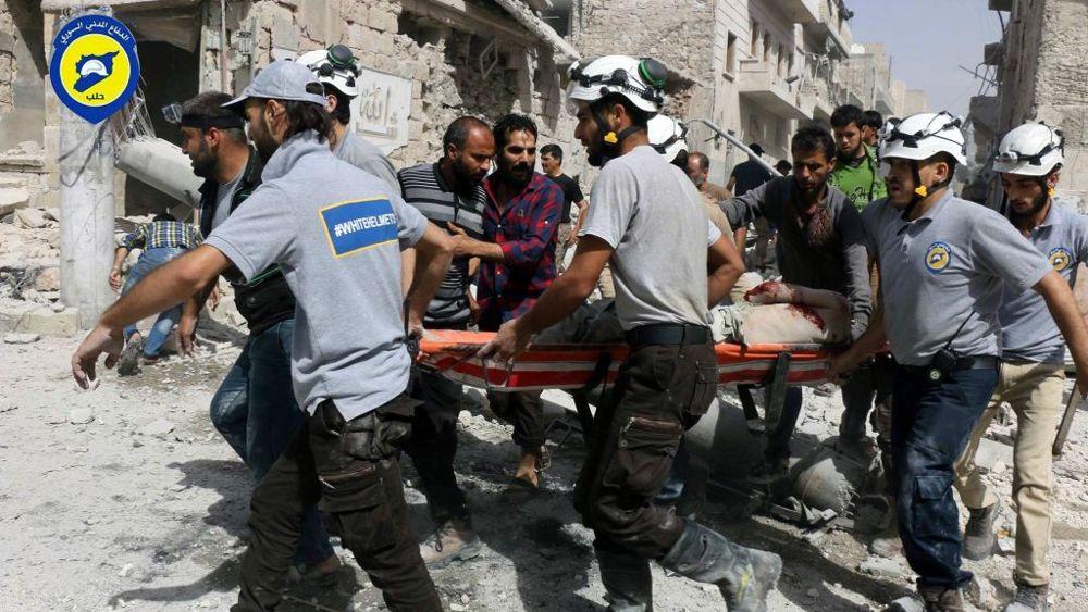 Los trabajadores de rescate trabajan en el lugar de los ataques aéreos en el vecindario de al-Sakhour de la parte del este de Alepo, Siria, controlada por los rebeldes, Siria, 21 de septiembre de 2016. (Cascos blancos de la Defensa Civil siria a través de AP).