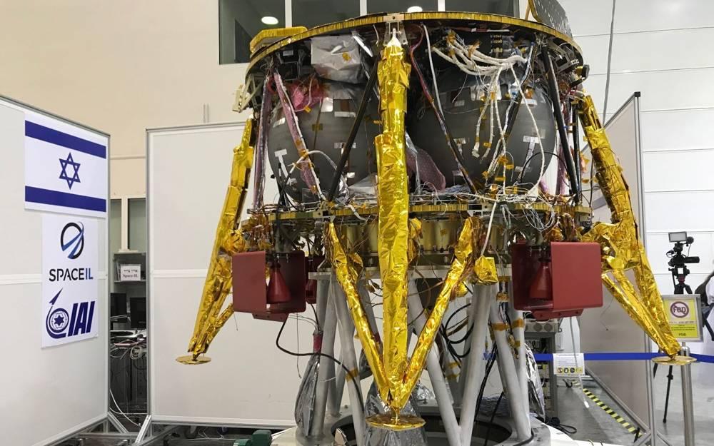 La nave espacial israelí que aterrizará en la Luna en febrero de 2019, se exhibió en las instalaciones de MBT Space (IAI) en Yehud.La nave fue desarrollada en Israel y es un proyecto conjunto con SpaceIL (Shoshanna Solomon / Times of Israel)