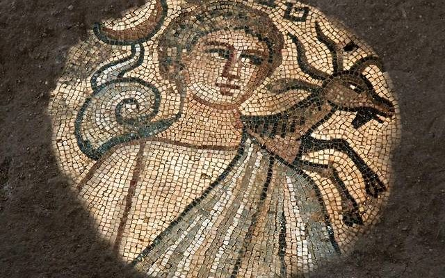 En la imagen está el mosaico de la sinagoga Huqoq que representa el mes de Teveth (diciembre-enero) con el signo de Capricornio. (Jim Haberman UNC Media Relations)