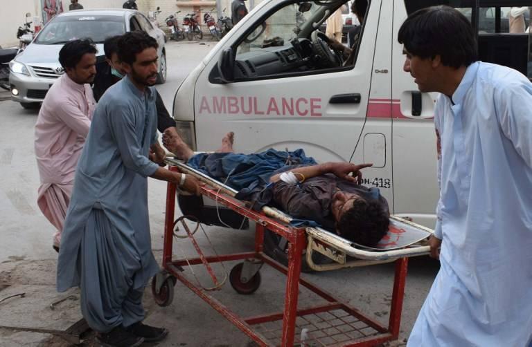 Una víctima de una explosión de bomba es llevada a un hospital en Quetta el 13 de julio de 2018 luego de un ataque en un mitin electoral.(AFP / Banaras Khan)
