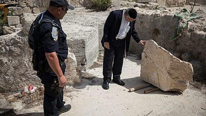 Un gran trozo de piedra se desprendió del Muro de las Lamentaciones en la Ciudad Vieja de Jerusalén en la sección de oración mixta el 25 de julio de 2018. Foto de Hadas Parush / Flash90.