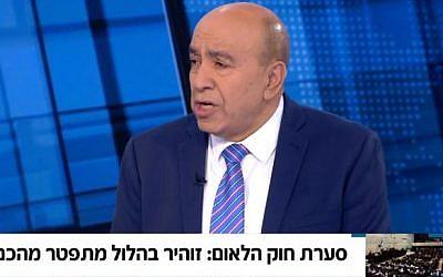 El legislador árabe de Israel del partido Unión Sionista Zoheir Bahloul anuncia su renuncia al Knesset el 28 de julio de 2018 para protestar contra el proyecto de ley del estado-nación (Captura de pantalla / Noticias de Hadashot)