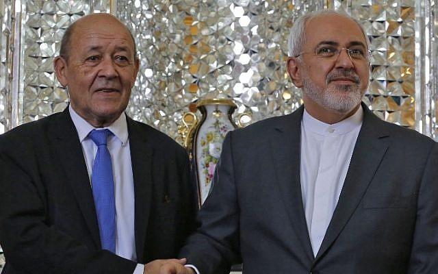 El ministro de Relaciones Exteriores de Irán, Mohammad Javad Zarif (R), estrecha la mano del ministro de Asuntos Exteriores francés, Jean-Yves Le Drian, cuando se reúnen en la capital, Teherán, el 5 de marzo de 2018. (AFP / Atta Kenare)