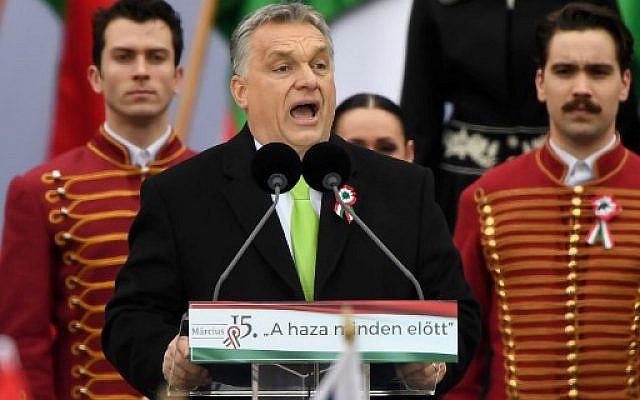 El primer ministro húngaro, Viktor Orban, pronuncia un discurso frente al edificio del Parlamento húngaro en Budapest el 15 de marzo de 2018, durante la conmemoración oficial del 170 ° aniversario de la revolución húngara de 1848-1849.  (AFP PHOTO / Attila KISBENEDEK)