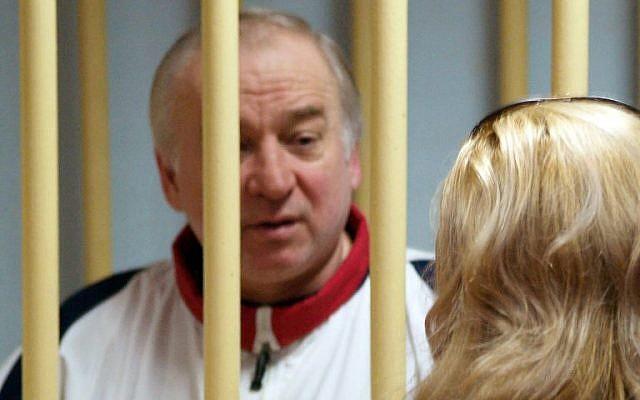 El ex coronel de la inteligencia militar rusa Sergei Skripal asiste a una audiencia en el Tribunal Militar del Distrito de Moscú en Moscú el 9 de agosto de 2006. (AFP / Kommersant Photo / Yuri Senatorov)