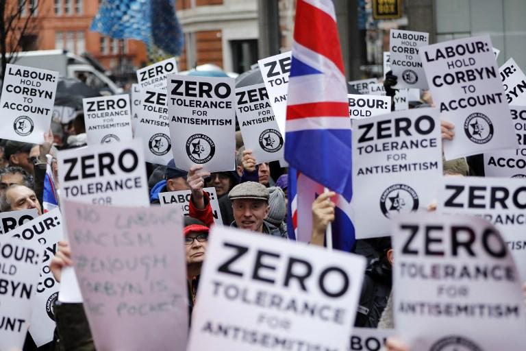 Ilustrativos: Las personas sostienen pancartas y banderas de la Unión ya que se reúnen para una manifestación organizada por la Campaña contra el antisemitismo fuera de la sede central del Partido del Trabajo oposición británica en el centro de Londres el 8 de abril de 2018. (AFP / Tolga Akmen)
