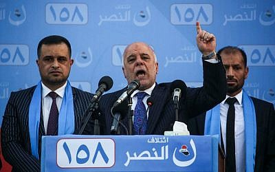 El primer ministro iraquí Haider al-Abadi (C) habla mientras presenta a los candidatos que figuran en su lista durante una manifestación electoral en la ciudad santa iraquí de Karbala el 4 de mayo de 2018. (AFP Photo / Mohammed Sawaf)