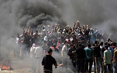 Los manifestantes palestinos queman neumáticos cerca de la frontera entre Gaza e Israel, al este de la ciudad de Gaza, el 14 de mayo de 2018 (AFP PHOTO / MAHMUD HAMS)