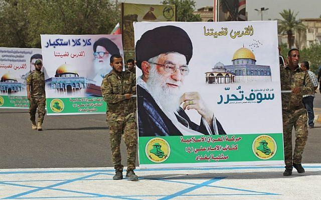milicianos chiíes llevan un cartel del líder supremo de Irán, el ayatolá Ali Jamenei, mientras que pisar un dibujo de un dibujo bandera israelí durante una manifestación el Día de Jerusalén en la capital iraquí, Bagdad el 8 de junio de 2018. (AFP Photo / Ahmad Al-Rubaye)