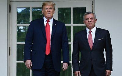 El presidente de los Estados Unidos, Donald Trump, saluda al rey Abdullah II (R) de Jordania en la Casa Blanca el 25 de junio de 2018. (AFP Photo / Brendan Smialowski)