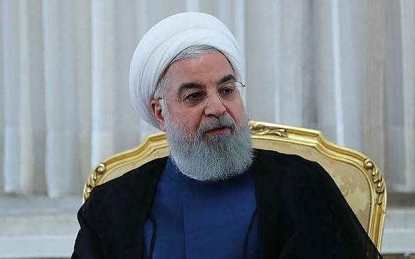 Una foto de la entrega de la Presidencia iraní muestra al presidente iraní Hassan Rouhani (C) durante una reunión en Teherán el 14 de julio de 2018. (AFP PHOTO / IRANIAN PRESIDENCY)
