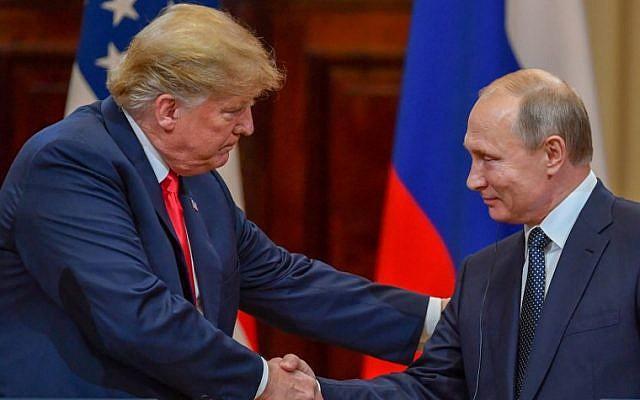 El presidente de los Estados Unidos, Donald Trump (L) y el presidente de Rusia, Vladimir Putin, se dan la mano antes de asistir a una conferencia de prensa conjunta después de una reunión en el Palacio Presidencial en Helsinki, el 16 de julio de 2018. (AFP PHOTO / Yuri KADOBNOV)