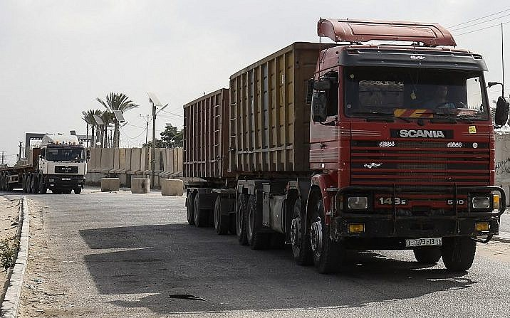 Se ven camiones en la entrada del cruce de Kerem Shalom, el principal punto de paso para los bienes que ingresan a Gaza, en la ciudad de Rafah, al sur de la Franja de Gaza, el 17 de julio de 2018. (AFP PHOTO / SAID KHATIB)