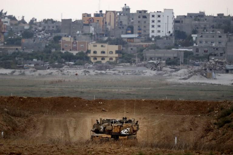 Una foto tomada el 20 de julio de 2018 muestra un tanque de batalla israelí Merkava patrullando a lo largo de la frontera con la Franja de Gaza cerca del Kibbutz Nahal Oz en el sur de Israel. (AFP Photo / Jack Guez)