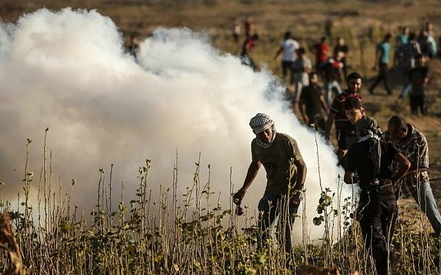 Los palestinos participan en los enfrentamientos con las tropas israelíes a lo largo de la valla fronteriza entre Israel y la Franja de Gaza, al este de la ciudad de Gaza el 27 de julio de 2018. (AFP Photo / Mahmud Hams)
