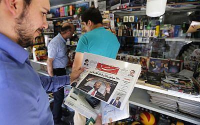 Un hombre echó un vistazo a un periódico con una imagen del presidente de EE. UU. Donald Trump en la primera página, en la capital, Teherán, el 31 de julio de 2018. (AFP / ATTA KENARE)
