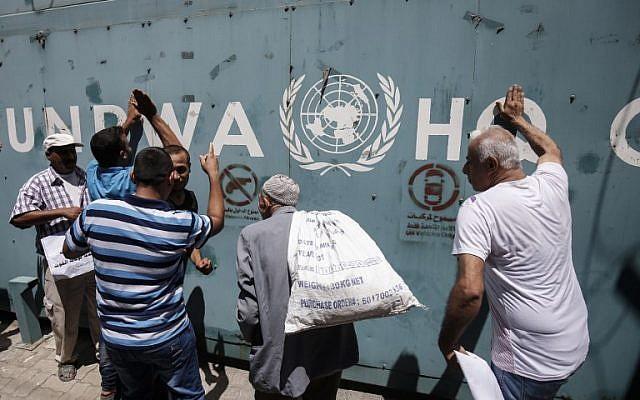 Los empleados de la Agencia de Obras Públicas y Socorro de las Naciones Unidas para los Refugiados de Palestina en el Cercano Oriente (UNRWA) y sus familias protestan contra los recortes de empleos anunciados por la agencia frente a sus oficinas en Gaza el 31 de julio de 2018. (AFP PHOTO / SAID KHATIB)