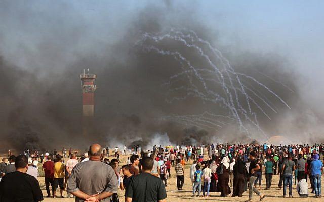 Manifestantes palestinos en la frontera entre Israel y Gaza, en Khan Yunis, en el sur de la Franja de Gaza, el 3 de agosto de 2018. (AFP / Said Khatib)