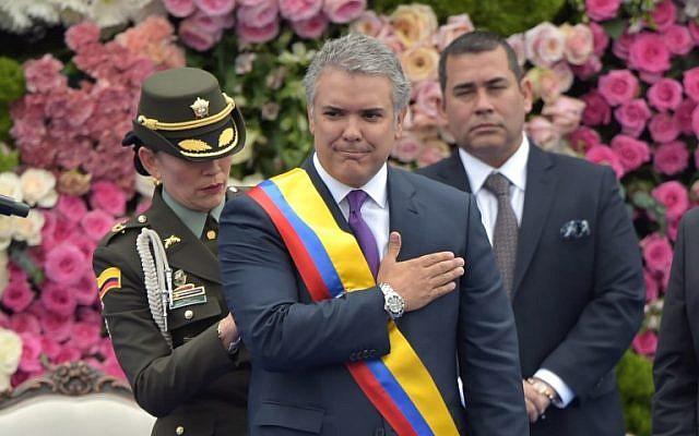 El nuevo presidente de Colombia, Iván Duque, hace un gesto después de recibir la banda presidencial durante su ceremonia de inauguración en la Plaza Bolívar en Bogotá, el 7 de agosto de 2018. (AFP Photo / Raul Arboleda)