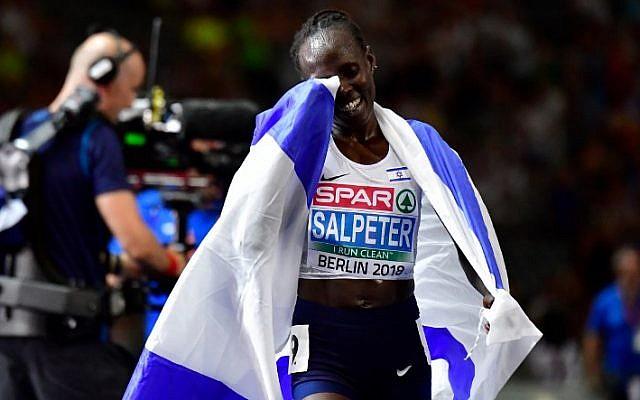 La israelí Lonah Chemtai Salpeter reacciona después de ganar la carrera final femenina de los 10.000 metros durante el Campeonato de Europa de Atletismo en el estadio olímpico de Berlín el 8 de agosto de 2018. (AFP PHOTO / Tobias SCHWARZ)