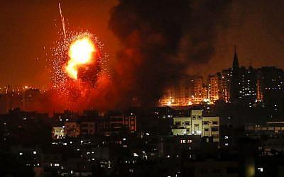 Una fotografía tomada el 8 de agosto de 2018 muestra un ataque aéreo israelí contra la ciudad de Gaza. (AFP Photo / Mahmud Hams)