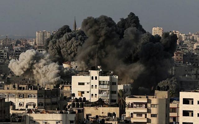 Una columna de humo se eleva desde los restos de un edificio al oeste de la ciudad de Gaza que fue blanco de la Fuerza Aérea israelí en respuesta a un ataque con cohetes que azotó el sur de Israel el 9 de agosto de 2018. (Mahmud Hams / AFP)