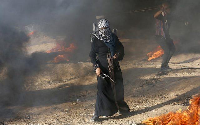 Un manifestante palestino sostiene un tirachinas durante una manifestación en la frontera entre Israel y Gaza, en Khan Younis, en el sur de la Franja de Gaza, el 10 de agosto de 2018. (AFP PHOTO / Said KHATIB)