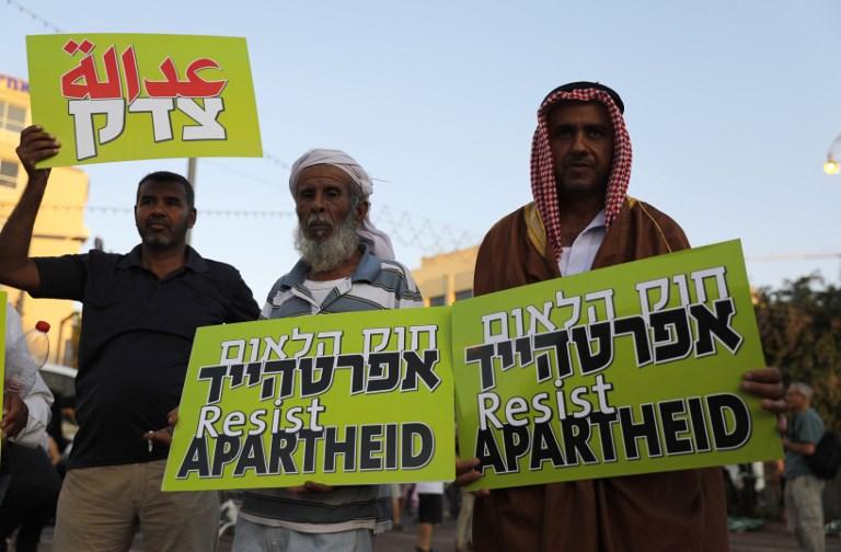 Los israelíes árabes portan pancartas durante una manifestación para protestar contra la ley del Estado-nación en Tel Aviv el 11 de agosto de 2018. (AFP / Ahmad GHARABLI)