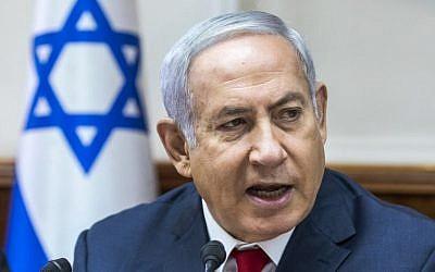 El primer ministro Benjamin Netanyahu habla durante la reunión semanal del gabinete en su oficina en Jerusalén el 12 de agosto de 2018. (AFP Photo / Pool / Jim Hollander)