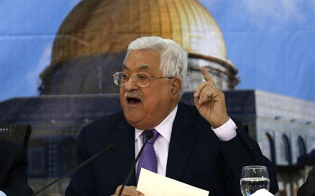 El presidente de la Autoridad Palestina, Mahmoud Abbas, habla durante una reunión con el Consejo Central Palestino en la ciudad cisjordana de Ramallah el 15 de agosto de 2018. (ABBAS MOMANI / AFP)