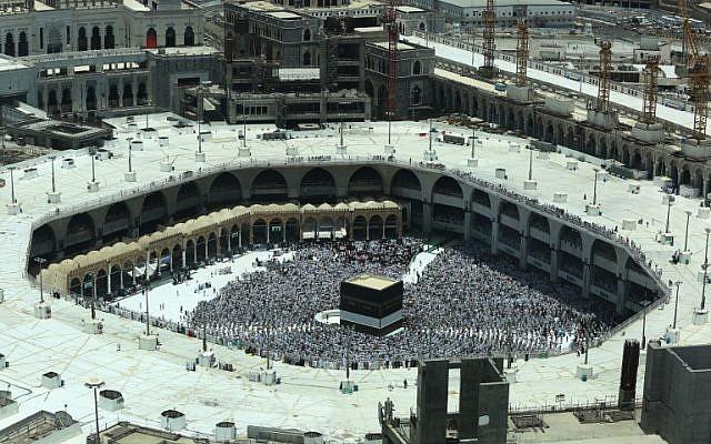 Los fieles musulmanes rezan alrededor de la Kaaba, el santuario más sagrado del Islam, en la Gran Mezquita en la ciudad santa de La Meca, en Arabia Saudí, el 16 de agosto de 2018, antes del comienzo de la peregrinación anual al Hach en la ciudad santa. (AFP / Ahmad Al-Rubaye)