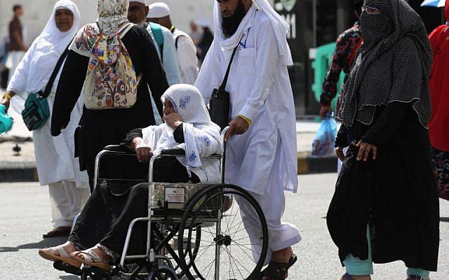 Los peregrinos musulmanes caminan fuera de la Gran Mezquita en la ciudad santa de La Meca, en Arabia Saudita, el 16 de agosto de 2018, antes del comienzo de la peregrinación anual de Hach en la ciudad santa. (AFP / Ahmad Al-Rubaye)