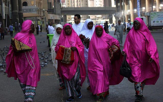 Los peregrinos caminan fuera de la Gran Mezquita en la ciudad santa de La Meca, en Arabia Saudí, el 16 de agosto de 2018, antes del comienzo de la peregrinación anual de Hach en la ciudad santa. (AFP / Ahmad Al-Rubaye)