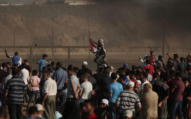 Los palestinos participan en enfrentamientos en la frontera con Israel, al este de la ciudad de Gaza, el 17 de agosto de 2018. (AFP Photo / Mahmud Hams)