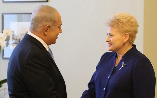 La presidenta de Lituania, Dalia Grybauskaite (R), estrecha la mano del Primer Ministro de Israel Benjamin Netanyahu (L) mientras se reúnen en Vilnus el 24 de agosto de 2018. (AFP PHOTO / Petras Malukas)
