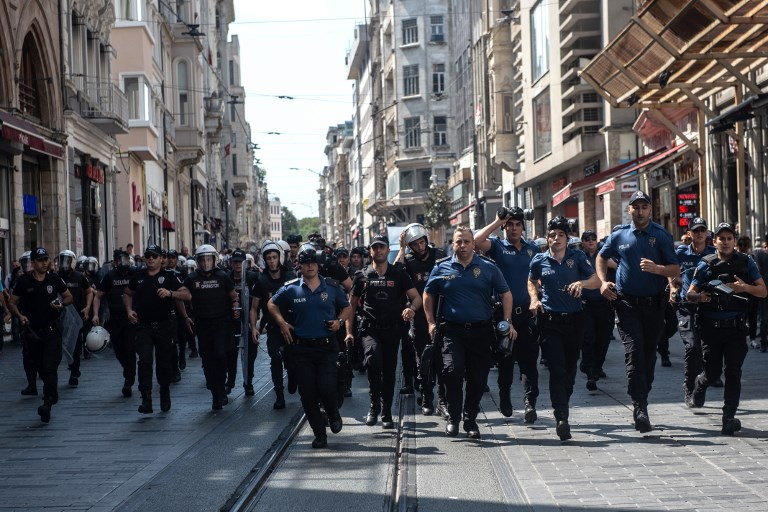 Turkish riot police face protesters of Saturday mothers group demonstration on August 25, 2018 in Istanbul. (AFP/Yasin AKGUL)