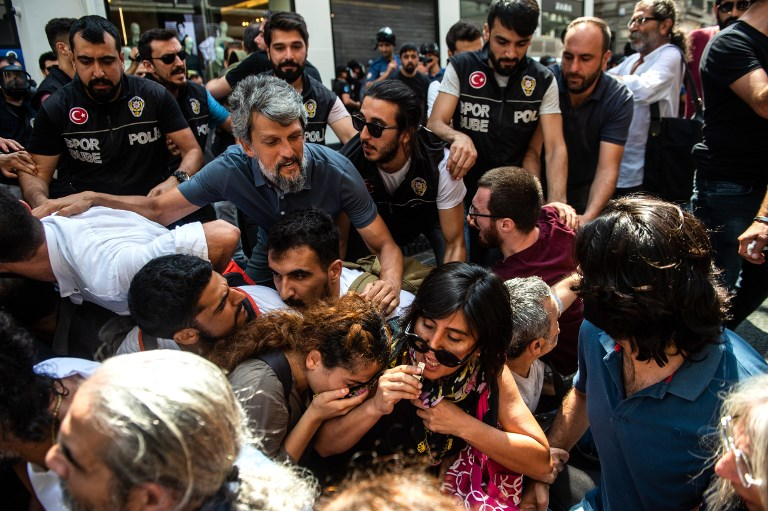 Turkish riot police detain protesters of Saturday mothers group demonstration on August 25, 2018 in Istanbul. (AFP/Yasin AKGUL)